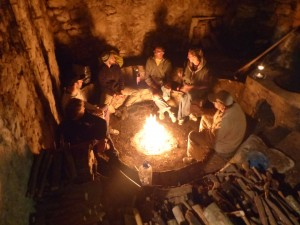 Charlando alrededor del fuego